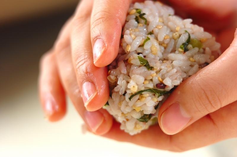 野沢菜の雑穀おにぎりの作り方の手順3