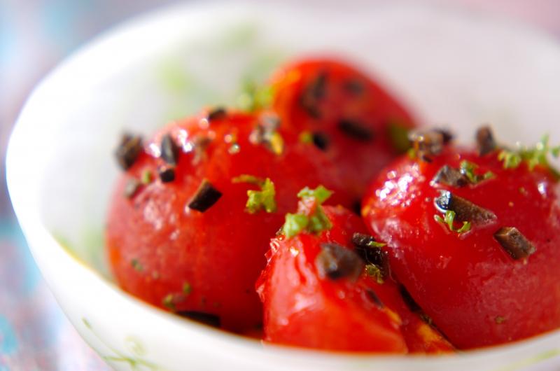 湯むきトマトとオリーブのサラダ