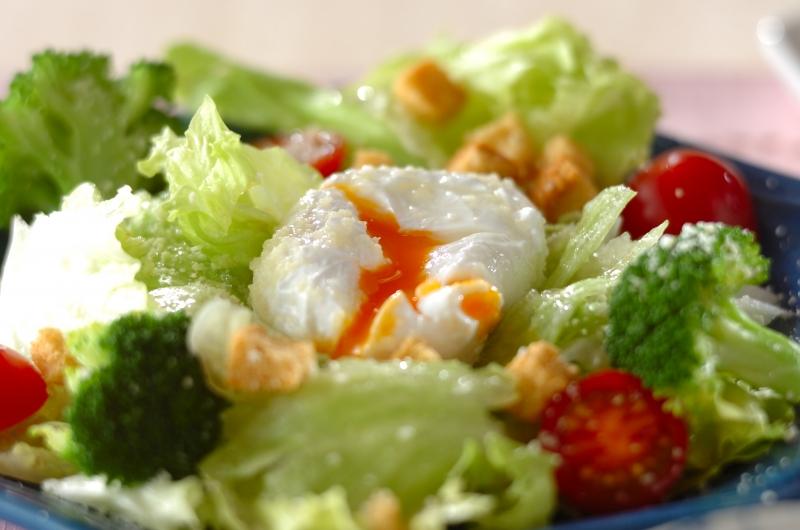 ポーチドエッグのせサラダ
