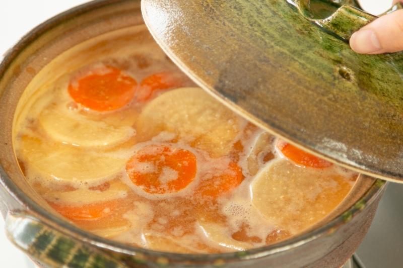 鮭と根菜の酒粕豆乳鍋の作り方の手順3