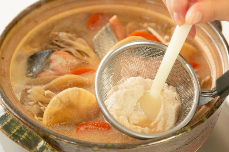鮭と根菜の酒粕豆乳鍋の作り方の手順4