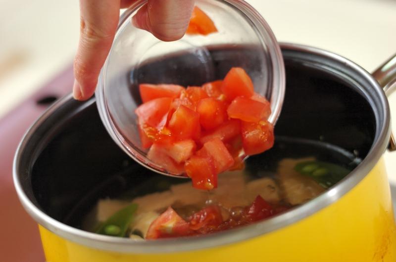 トマトとスナップエンドウのみそ汁の作り方の手順2