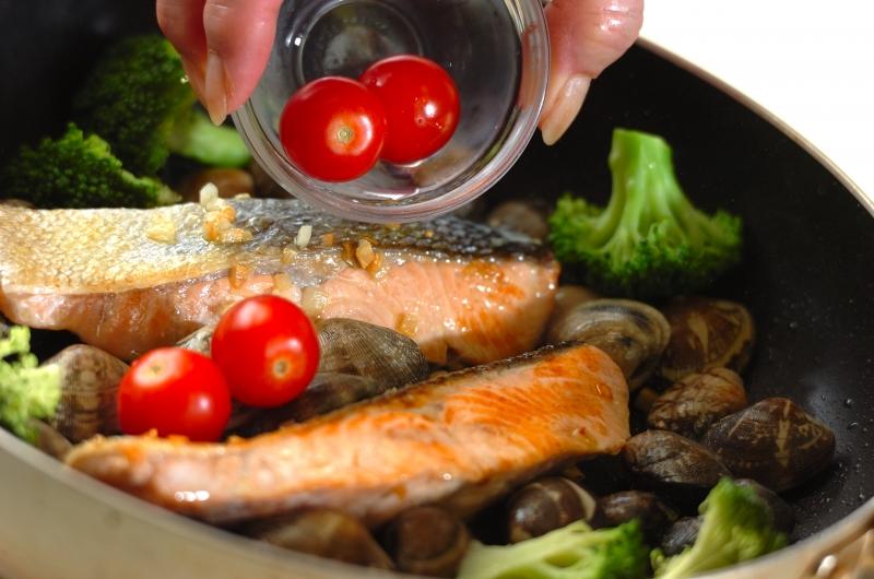 鮭のアクアパッツァの作り方の手順5